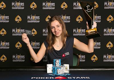 Díky jedné knize o pokeru vyhrála balík peněz